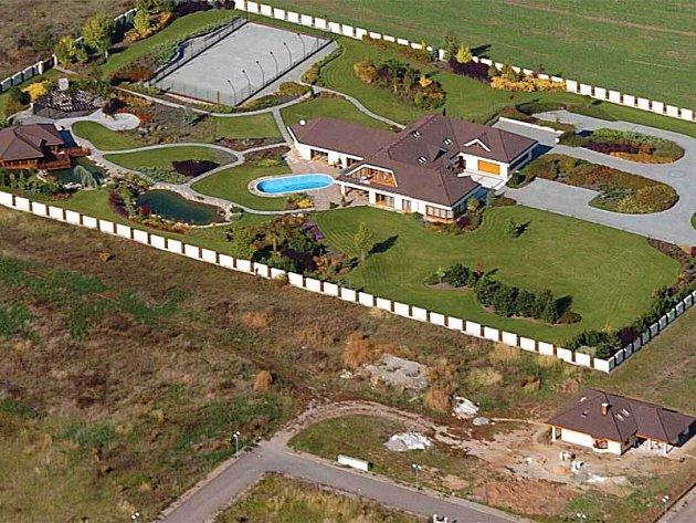 Rezidence Františka Mrázka. Vpravo dole domek, který si vdova postavila.