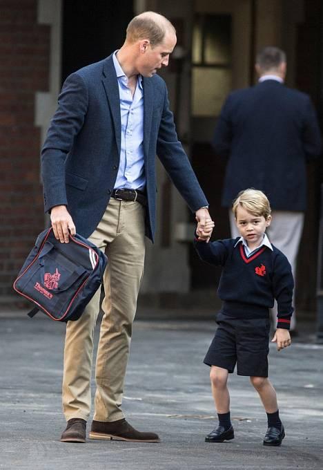 Princ William se synem Georgem na cestě do školy.