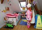 Na nedostatek barev si Anička ve svém pokojíčku nemůže stěžovat.