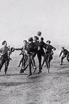Vojáci si často krátili čas fotbalem.