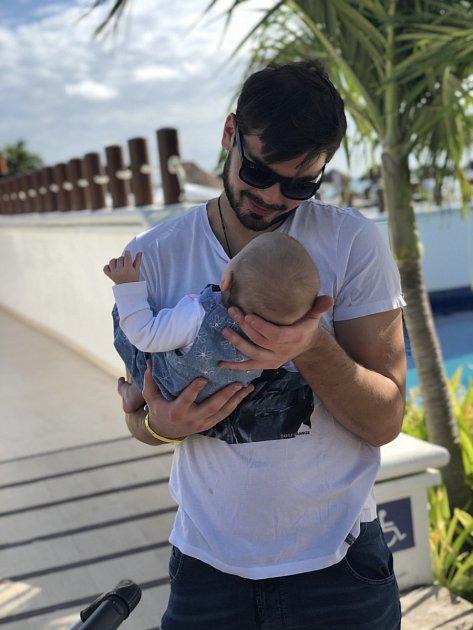 Michal svou malou holčičku opravdu miluje.