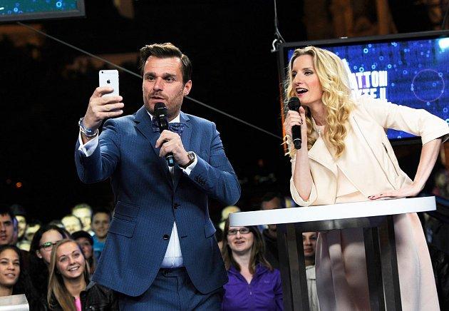 Leoš ukazuje, jak se nejlépe fotí selfie.