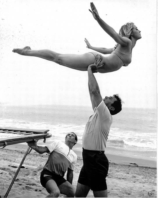Poznáte, kdo takhle držel Sharon vkomedii Nedělejte zmatek (1967)? Je to Tony Curtis.