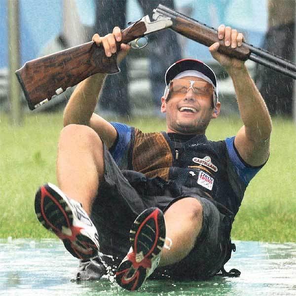 Kosteleckého v tuto chvíli zadek vůbec nestudí. Na mokrém asfaltu si vychutnává pocit olympijského vítěze!