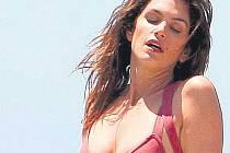 Cindy Crawford se nechala fotit na pláži v kalifornském Malibu. Pořád jí to ještě proklatě sluší.
