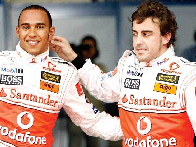 Výrazy v tvářích Hamiltona (vlevo) a Alonsa (vpravo) jsou výmluvné...