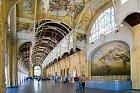 Hlavní budova kolonády je krásná i zevnitř. Strop zdobí fresky na dřevě.