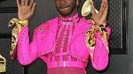 Raper Lil Nas X si dlouhá léta libuje v obdobném módním stylu jako Harry Styles.