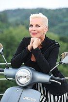 Kateřina Kornová osedlala motorku.
