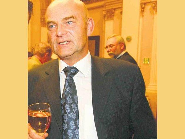 Ředitel České televize Jiří Janeček se raději než ve společnoti žen objevuje se sklenicí dobrého vína či jiného alkoholu.