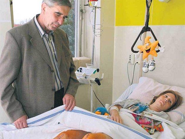 Karel Pravec v boskovické nemocnici, kde ho po nehodě ošetřoval lékař Jan Vlach.