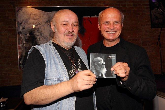 Na své debutové sólové desce spolupracoval František Segrado s textařem a producentem Michalem Horáčkem.