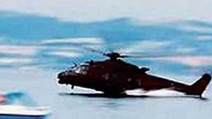 Vojenský vrtulník NH-90 klesl až příliš nízko nad hladinu jezera.