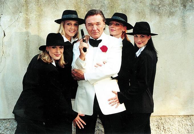 Se skupinou Holki, Karel Gott opět v bílém!