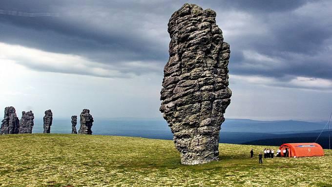 Teprve vporovnání slidskými postavami vyniknou majestátní rozměry kamenných obrů.