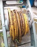 Vypadá to jako dlouhatánský banán, ale je to jen hadice.