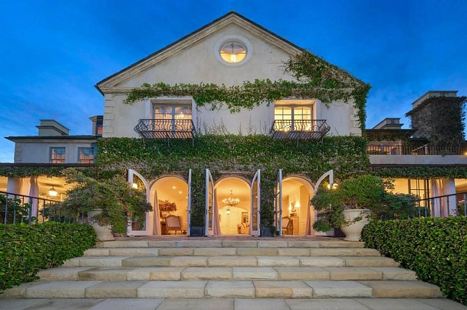 Dům je navržen tak, aby připomínal klasické venkovské anglické sídlo.
