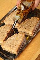 Krajíce chleba pokapejte olivovým olejem.