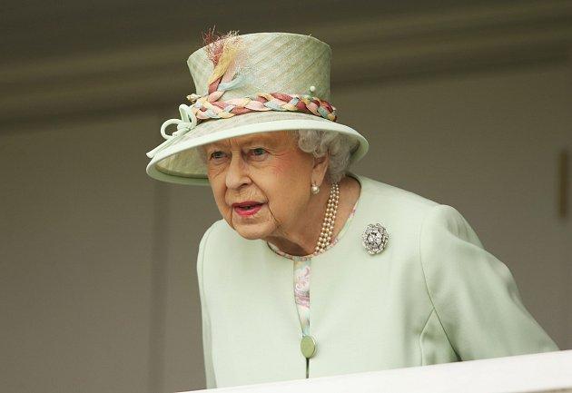 Královna někdy záda vyloženě neuhlídá.