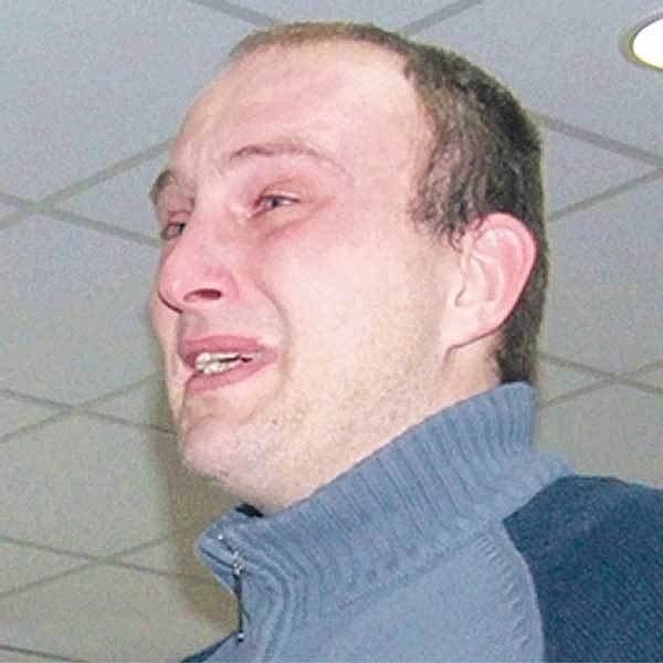 Aleš Jaškovský v soudní síni brečel, prosil, schovával se před objektivy a tvrdil, že všeho lituje. Zmrzačenému policistovi se omluvil.