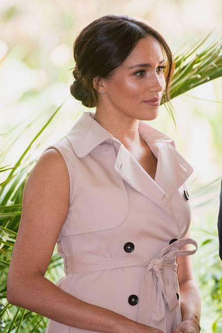 Jednání o vystoupení páru z královských povinností pokračuje. Vévodkyně Meghan odjela před tlakem do Kanady, zatímco princ Harry jedná s královnou.