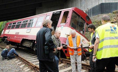 Mezi Černovicemi a zastávkou Křimov-Suchdol vykolejil včera ráno vlak. Při nehodě byl lehce zraněn jeden člověk.