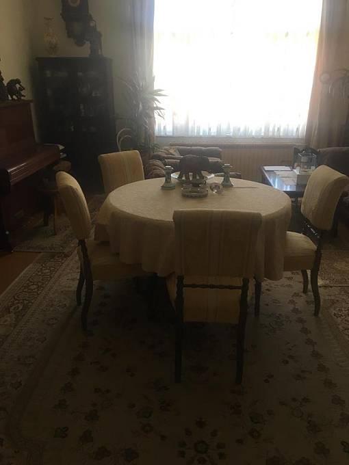 Další místnost tvoří sváteční jídelna, když přijde vzácná návštěva.