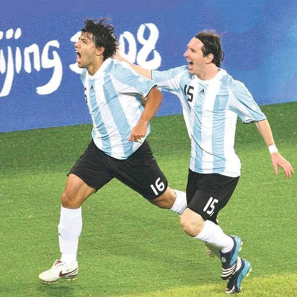 Tihle popravili Brazílii. Vpředu Agüero, za ním pádí Messi.