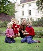 Herec pózuje skompletní rodinou.