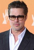 Brad Pitt se oblékal do kuřecího kostýmu a tancoval před restaurací.
