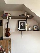 Saša je houslový virtuóz, tudíž na zdi nesmějí chybět jako dekorace housle.