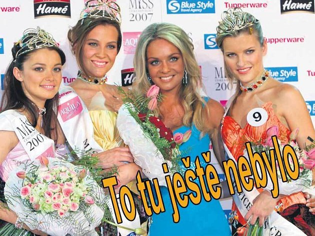 Miss World a loňská Miss ČR Taťána Kuchařová korunovala svoji nástupkyni Kateřinu Sokolovou. Vlevo 1. vicemiss a Miss sympatie Veronika Pompeová, vpravo 2. vicemiss Veronika Chmelířová.