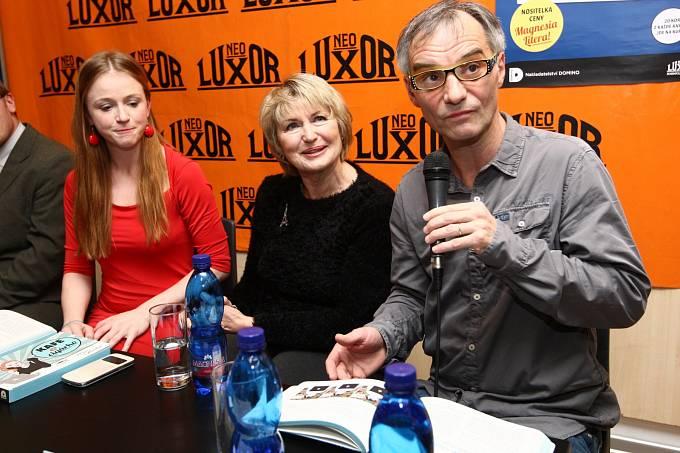 Marie Doležalová s Eliškou Balzerovou a Ivanem Trojanem