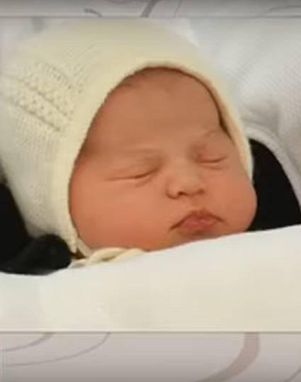 Její královská Výsost princezna Charlotte Elizabeth Diana z Cambridge pár dní po narození