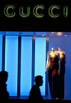 Stejnojmenný módní návrhář zemřel před šedesáti lety, přesto jeho firma, kterou převzali synové, jede dál. Gucci je podle statistik nejprodávanější italská módní značka. Své většinou kožené produkty nabízí ve 278 obchodech po celém světě.