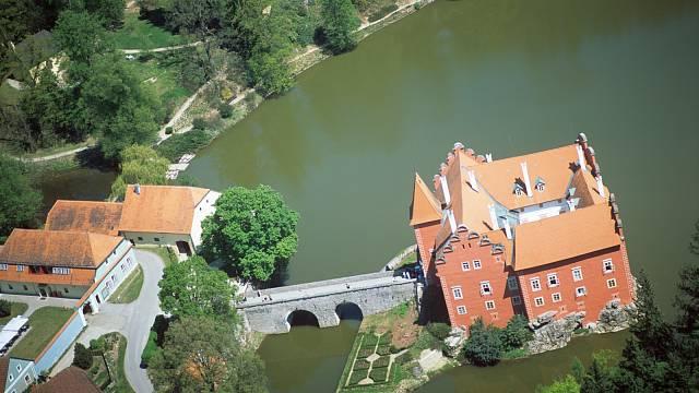 Zptačí perspektivy je krásně vidět, najak malém ostrůvku zámek stojí.