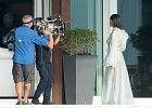 Hvězda z Barbadosu pózuje polonahá před kamerou.