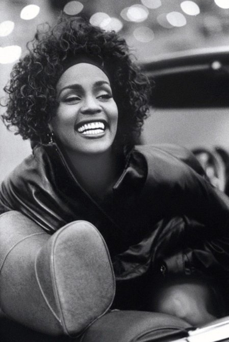 Archivní fotografie z filmu Whitney, 2018