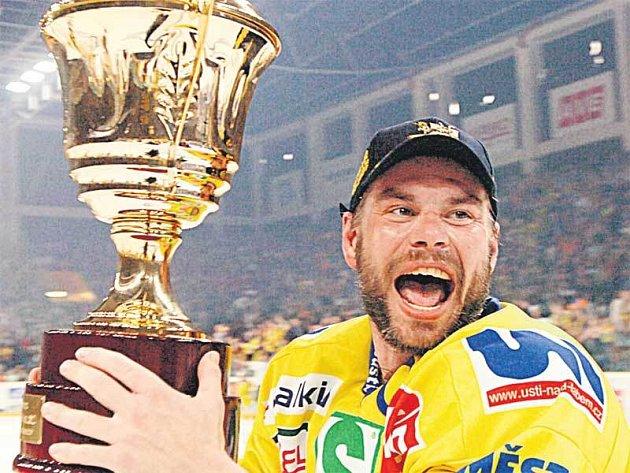 Kapitán Milan Antoš s pohárem pro vítěze první ligy, který současně znamená i pozvánku mezi extraligovou elitu.