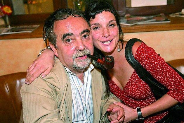 Herečka Míša Maurerová objímá svého oblíbeného režiséra.