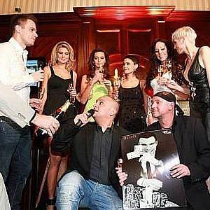nové casino v centru Prahy, Casino Calais, a při té příležitosti tam hlavní tváře Celebrity Poker Tour 2010 pokřtily svůj kalendář.
