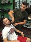 Poznej celebrity jinak: Peter Pecha jako pánský holič