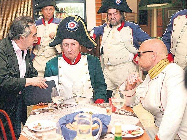 Dva starostové v akci. Bolek Polívka a Marek Vašut se ve filmu Svatba na bitevním poli nebudou mít příliš v lásce.