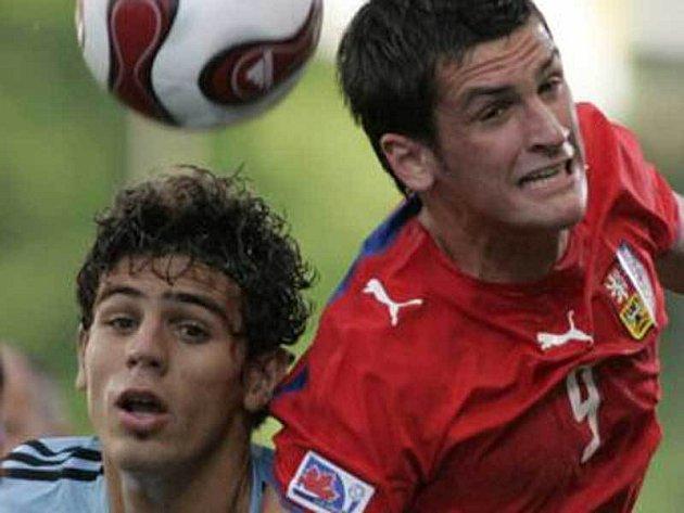 Martin Fenin bojuje s Argentincem Faziou (vlevo).
