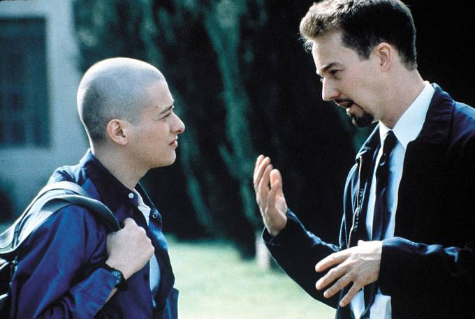Edward s kolegou Edwardem Nortonem při natáčení filmu Kult hákového kříže.