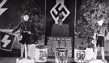 Chlapci drží stráž u památníku padlých vojáků.