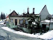 Zdomu zbyly jen ruiny, které hrozí zřícením. Střecha shořela, stropy a zdi jsou ohořelé a promáčené.