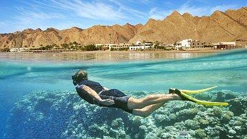 Šnorchlování v Egyptě prostě nemá chybu. Podmořský život vRudém moři je neskutečně bohatý a často i doslova pár metrů od pláže resortu najdete korály, na kterých se to rybkami jen hemží!