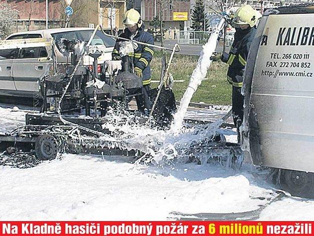 Zařízení pumpy pokryli hasiči hasicí pěnou.