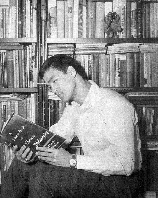 Bruce při studiu filozofie. Takhle ho asi neznáte.